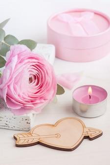 Розовый цветок лютика с деревянным сердцем
