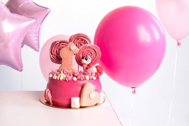 1 년의 소녀의 생일을위한 핑크 케이크 balloons unicorn