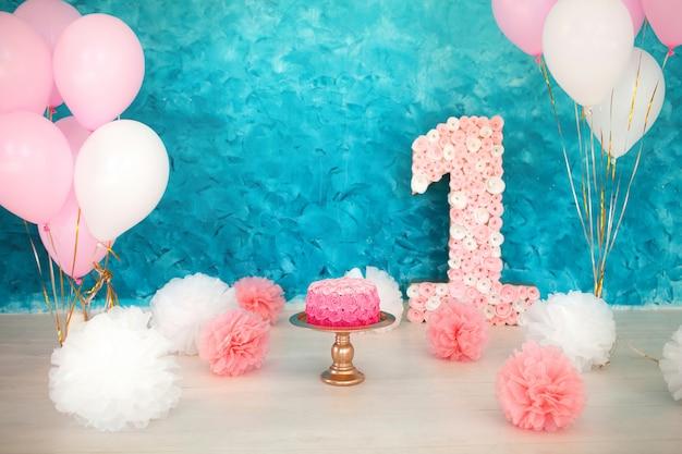 Розовый торт на синем фоне