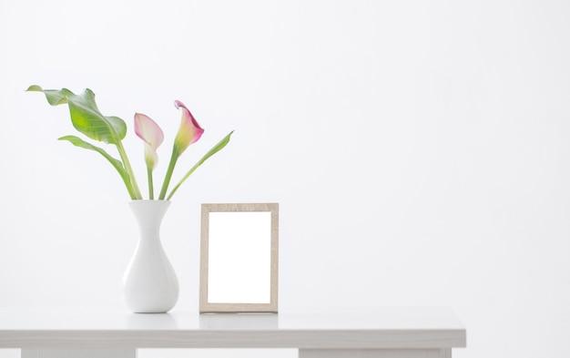 흰색 바탕에 꽃병에 핑크 칼라 백합