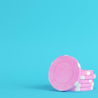 Розовые фишки казино на ярко-синем фоне