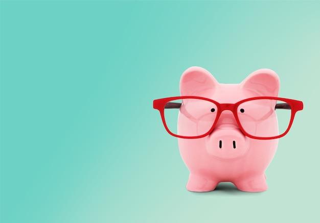 Розовая керамическая копилка с копией пространства рядом с концептуальным финансовым изображением