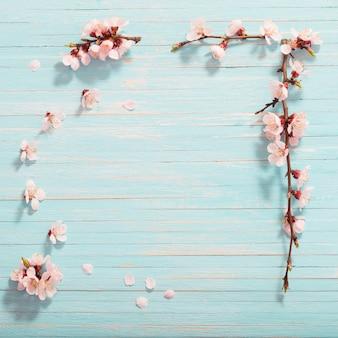 木製の背景にピンクの桜の花