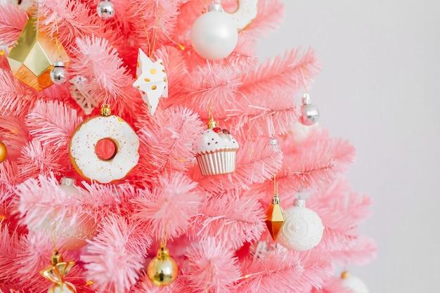 핑크 크리스마스 트리와 크리스마스 장식은 흰색과 금색입니다. 크리스마스 배경입니다. 새해 복 많이 받으세요 그리고 크리스마스 크리스마스 컨셉입니다.