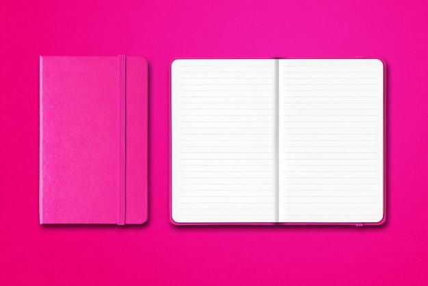 分離されたピンクの閉じた、開いた並ぶノート