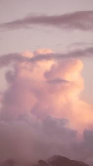 Розовое облачное небо обои для мобильного телефона