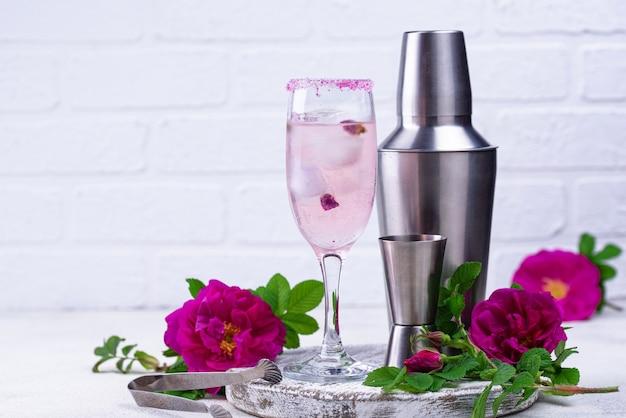 シャンパンとローズシロップのピンクカクテル
