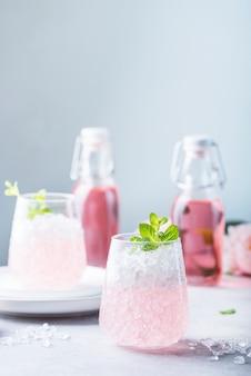 砕いた氷とピンクのカクテル