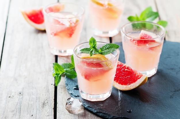 氷とミントのピンクのカクテル