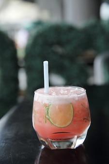 Розовый коктейль с лаймом и мятой