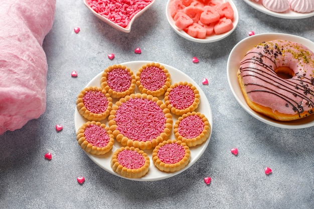 Caramelle, caramelle, meringhe e zucchero di colore rosa.
