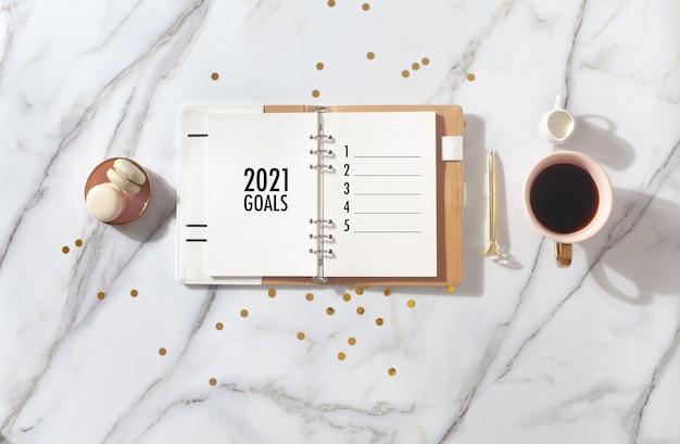 Дневник розового кораллового цвета на 2021 год с кофе и макарунами