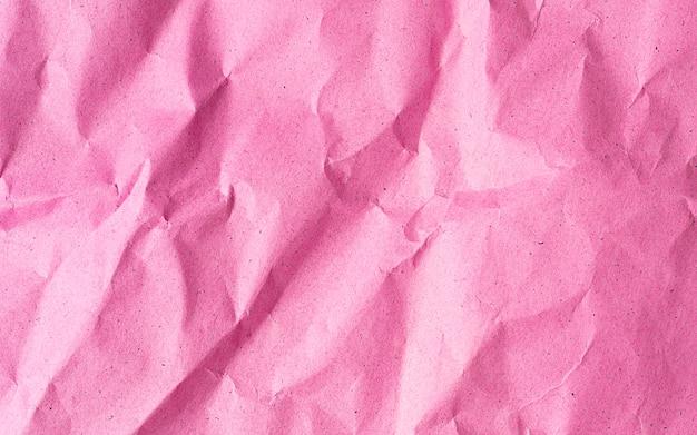 ピンクのしわくちゃのリサイクル紙の背景をコピースペースでクローズアップ