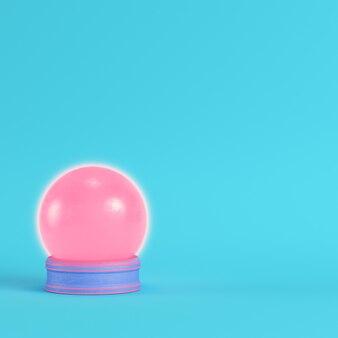 パステルカラーの明るい青色の背景にピンクのクリスタルガラス