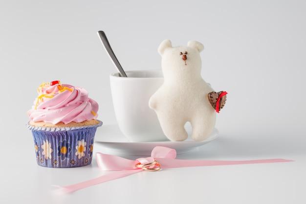 コーヒーとピンクのカップケーキ