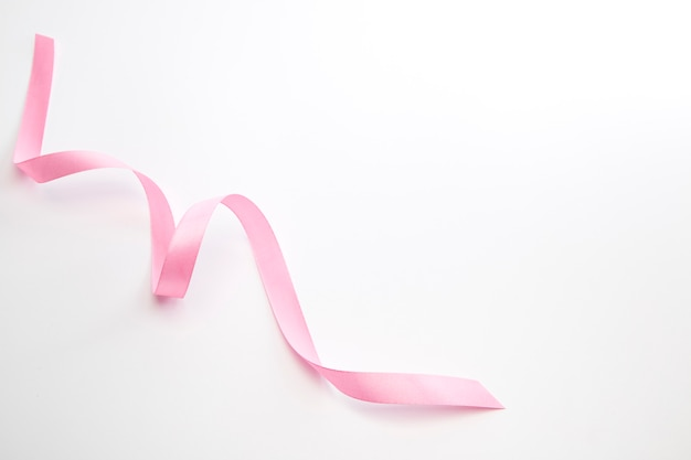 Розовая кудрявая лента, изолированная на белом