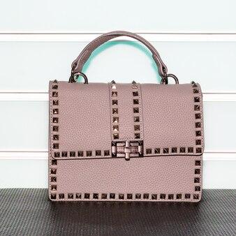 白い表面にピンクの装飾が施された女性のバッグ
