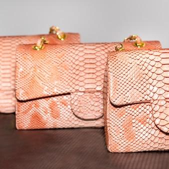 ピンクの装飾が施された女性のバッグ