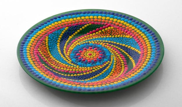 흰색 배경에 실내 장식을위한 만다라 스타일 패턴 핑크 장식 접시