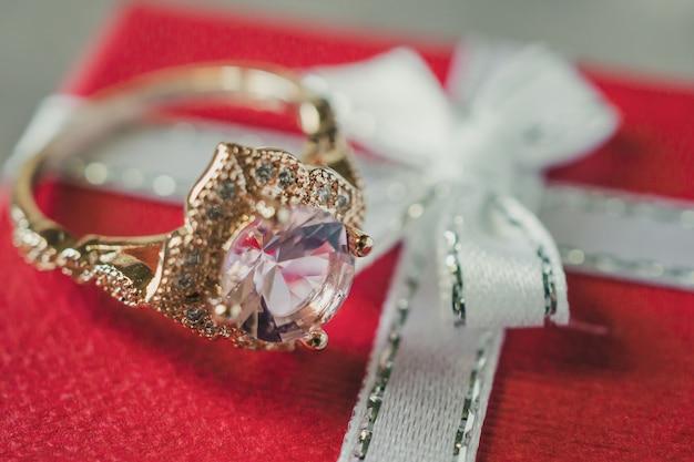 Кольцо с розовым бриллиантом на подарочной коробке