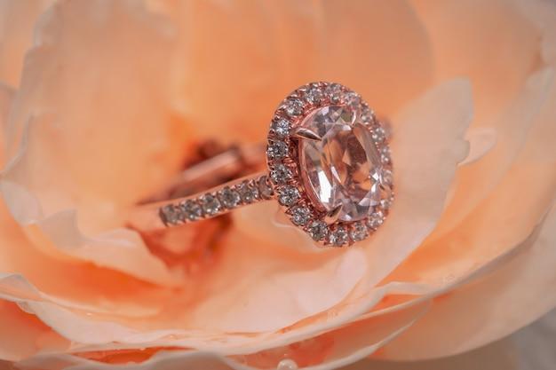 장미 꽃 배경에 핑크 다이아몬드 반지