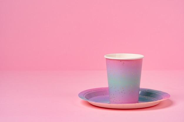 핑크 일회용 컵과 접시에 분홍색을 닫습니다. 프리미엄 사진