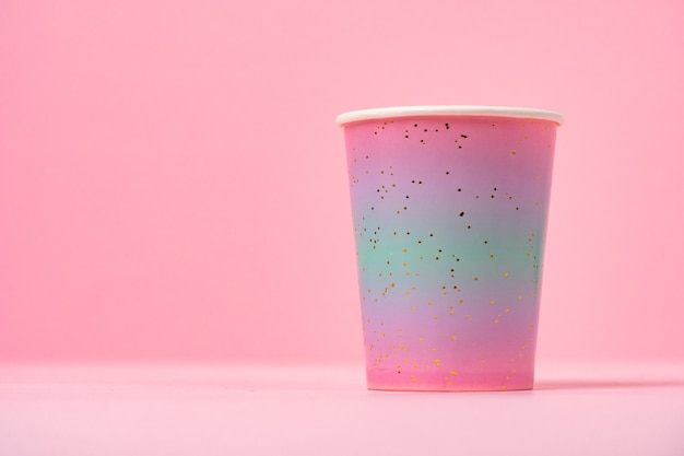 핑크에 핑크 일회용 컵 가까이 복사 공간