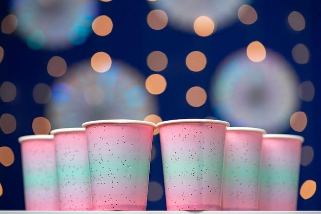 블루 bokeh, 복사 공간에 핑크 일회용 컵