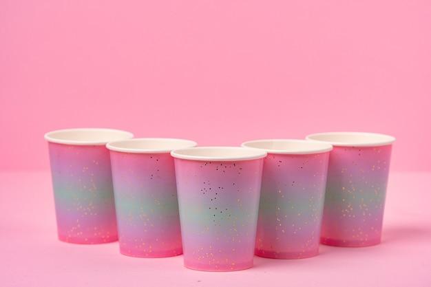 분홍색 배경에 분홍색 일회용 종이컵