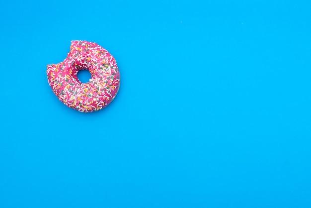 明るい背景にピンクのドーナツ