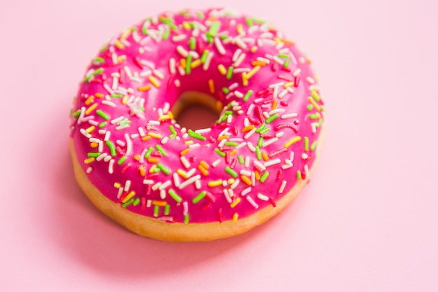 Розовый пончик на розовом фоне