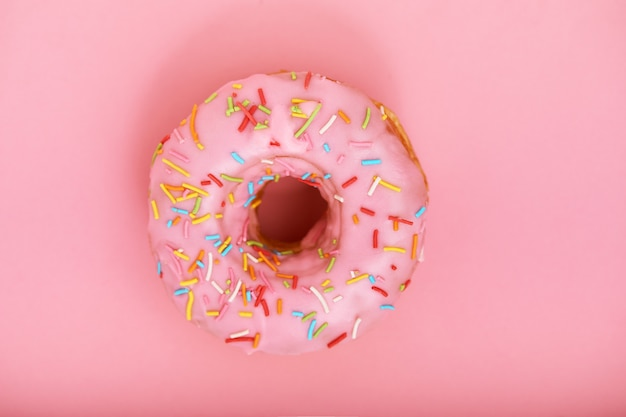 Розовый пончик на розовый. концепция минимализма, цвет игры.