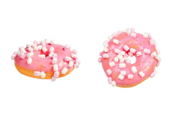 Розовый пончик с зефиром, изолированные на белом.