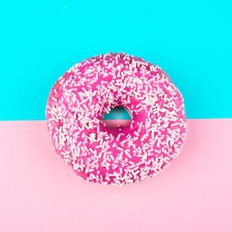 振りかけるピンクのドーナツ