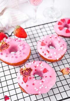 베이킹 선반에 핑크 도넛. 발렌타인 데이 개념. 평면도. 확대.