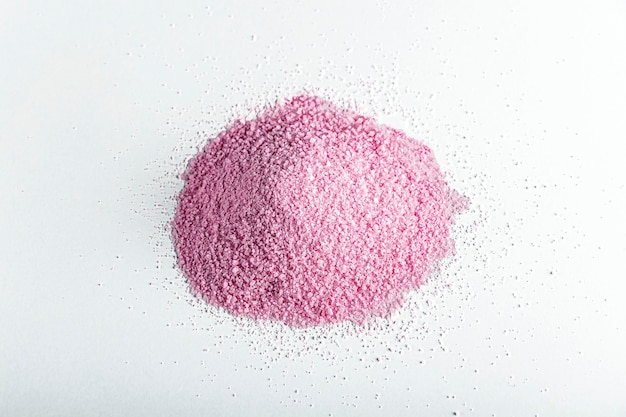 白い背景の上のピンクの乾燥したイチゴまたはビートルートパウダー