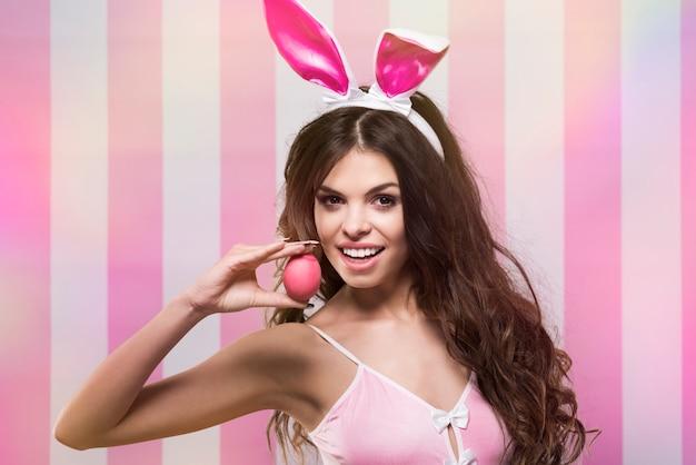 Розовое пасхальное яйцо и розовый фон