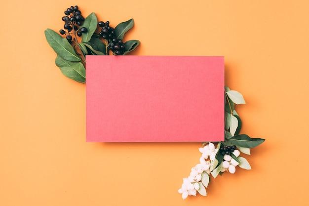 Розовая пустая бумажная записка или поздравительная открытка с декором ягод.