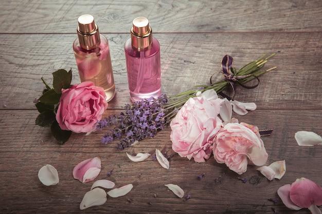 ピンクのイングリッシュローズ、ラベンダー、有機塩とオイル、木製の背景にスパのコンセプト。素朴なスタイル。