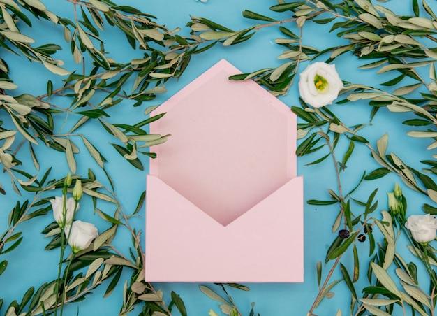 Розовый конверт с розами и оливковой ветвью на синем фоне.