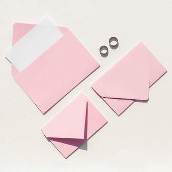 結婚式招待状のピンクの封筒