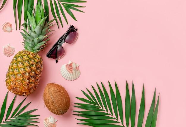 핑크 이국적인 여름 배경, 복사 공간입니다. 휴가 및 휴일 개념