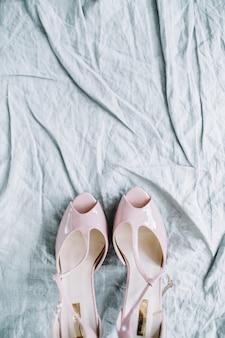 テキスタイルのピンクの女性のハイヒールの靴
