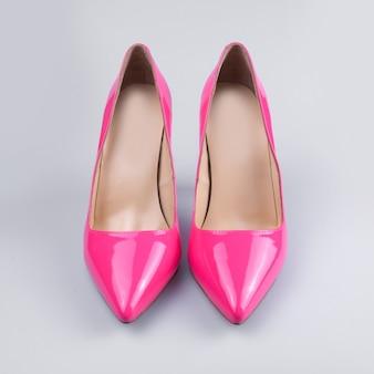 白地にピンクの女性靴