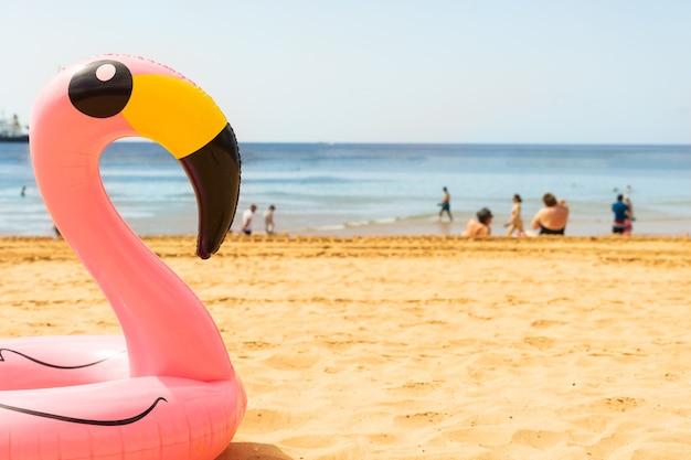 夏のビーチでピンクのフラミンゴ