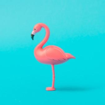 青い表面にピンクのフラミンゴ