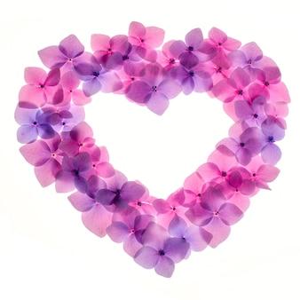 ハートの形をしたピンクの花の背景をクローズアップ。ロマンチックで愛のパターン