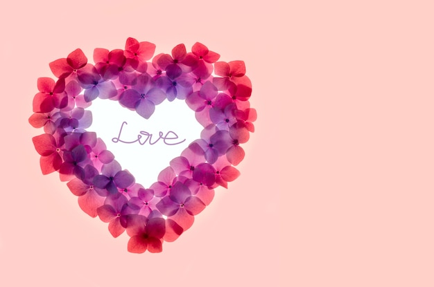 ハートの形をしたピンクの花の背景をクローズアップ。クリッピングパス「愛」付き