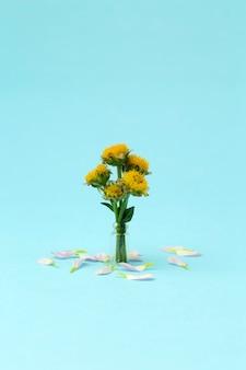 色付きの最小限の背景にピンクの花。花の背景クリエイティブ。コピースペース