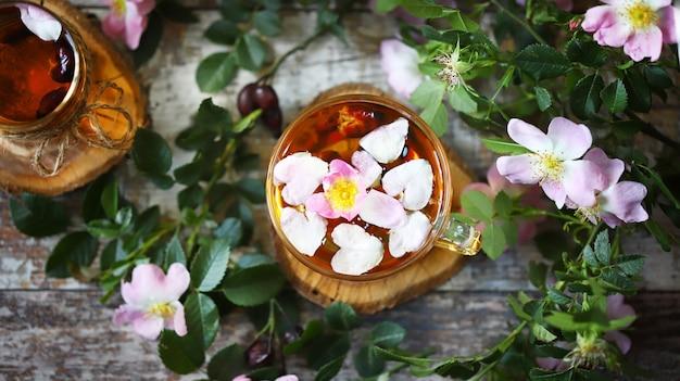 ピンクの花とローズヒップティーの葉